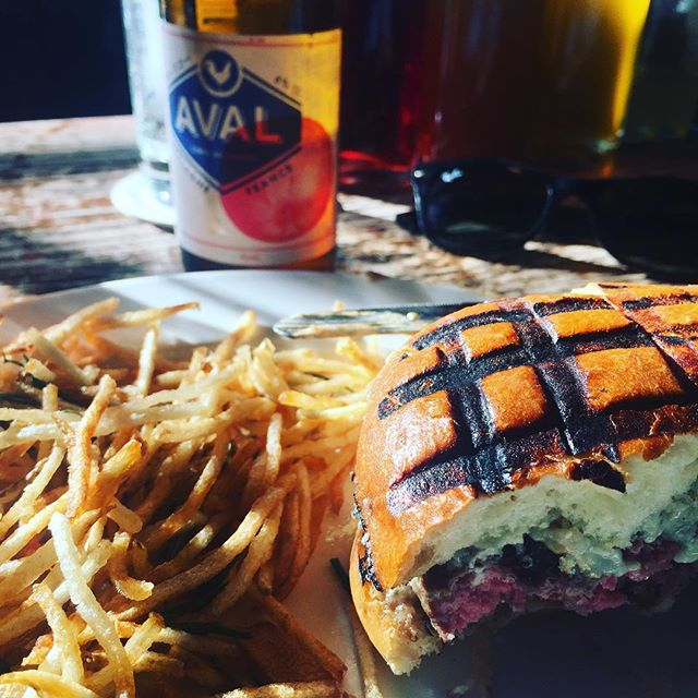 Happiness = @stonesexhibitionism + brunch at @thespottedpig . . . . . - #aval #avalmycider #thespottedpig #burger