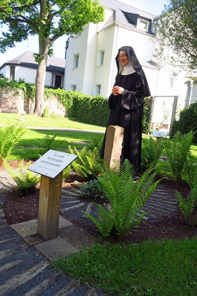Schwester Lucia im Garten des Wandels