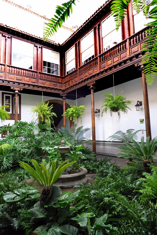 Üppig bepflanzte Innenhöfe