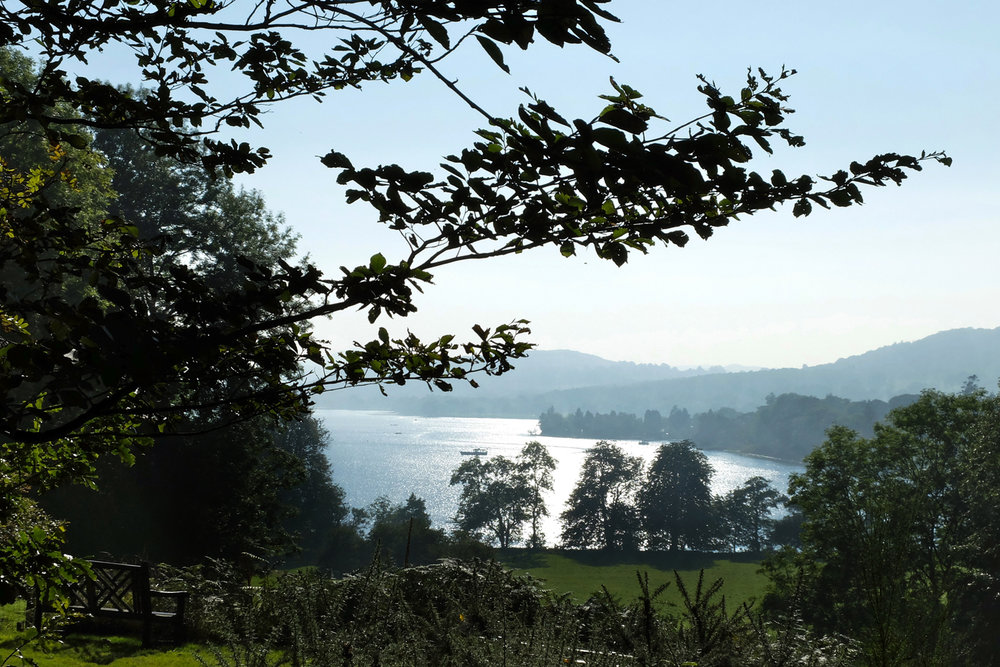 Eine Landschaft aus Bergen und Seen
