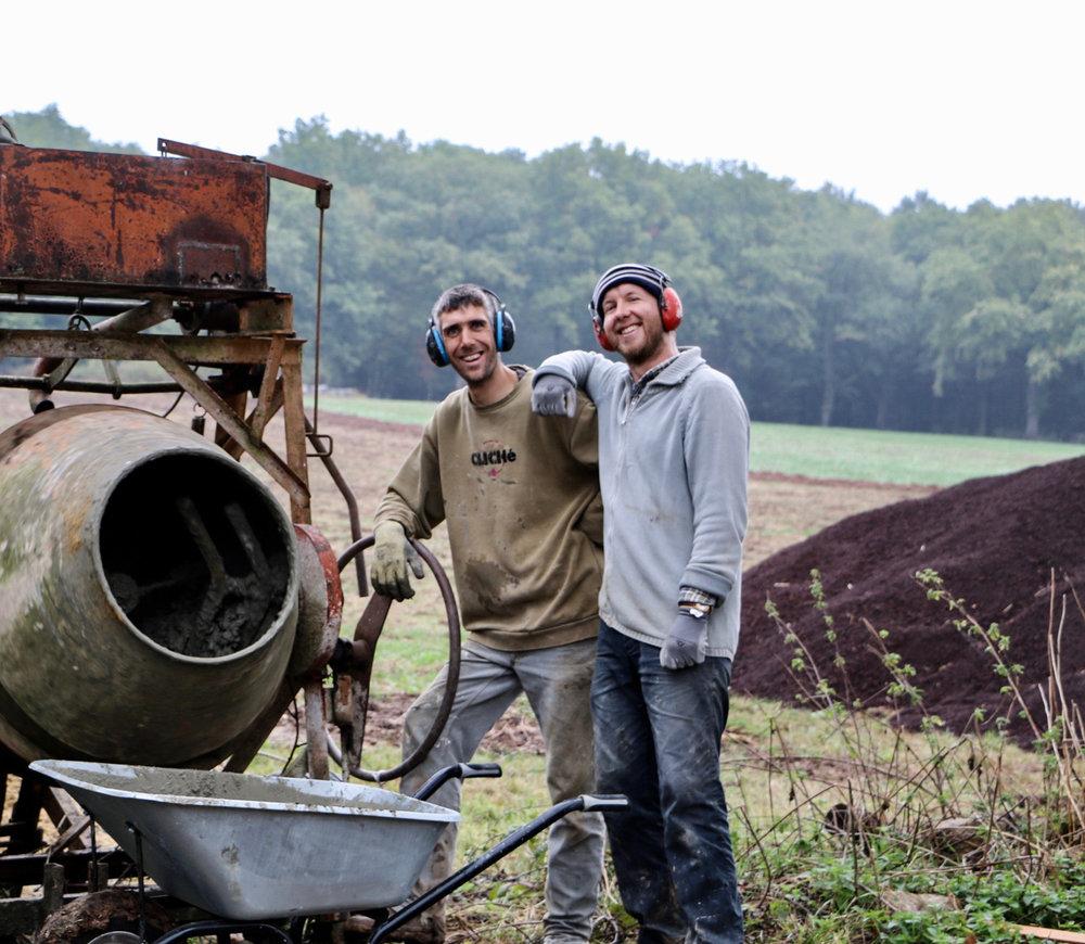 Julien et Sylvain, ouvriers à plein temps!