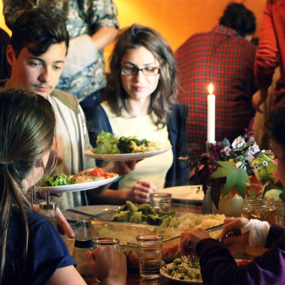 Vivre-ensemble - Le Foyer Michaël permet d'accueillir les étudiants en pension complète et offre ainsi un espace pour l'expérience du vivre-ensemble à travers les repas, le soin du lieu, les fêtes du cours de l'année. C'est ainsi que la vie quotidienne participe aussi à la formation et à la découverte de soi-même par les autres.