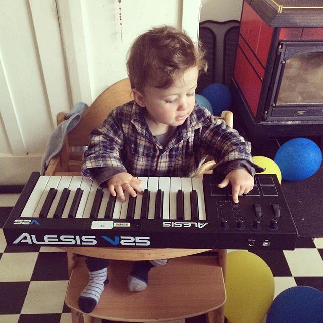 #alesis #v25 #musicianforhire #babyface #keys #pressallkeys #highchairbaby #makingdadproud #plugitin
