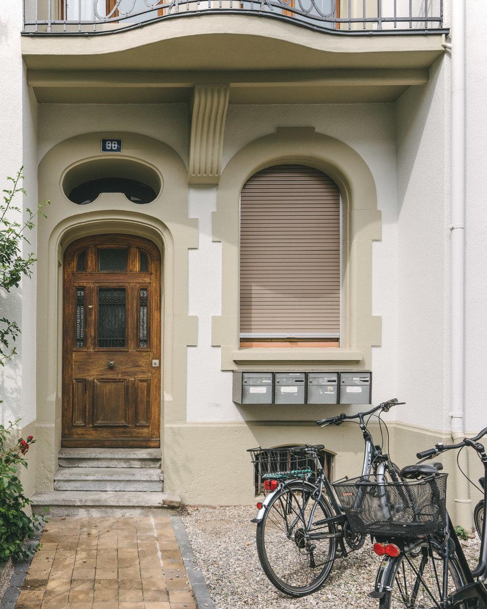 Aussensanierung MFH Basel Eingang, Consilium Architektur und Baumanagement