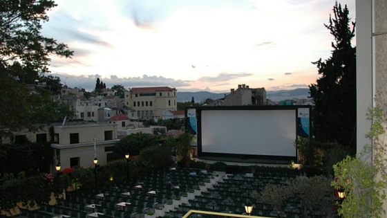 Open air cinema Ciné Paris in Plaka with Acropolis view ...on the left! (Picture our own)