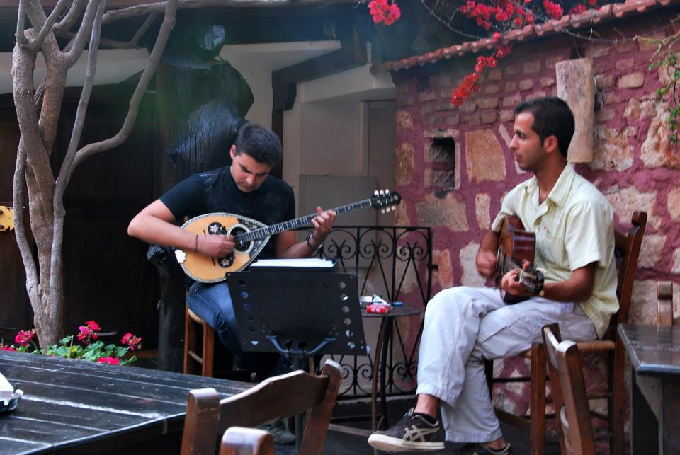 Musicians preparing at 'Adespoto' music tavern in Chania (Picture by Adespoto/Facebook))