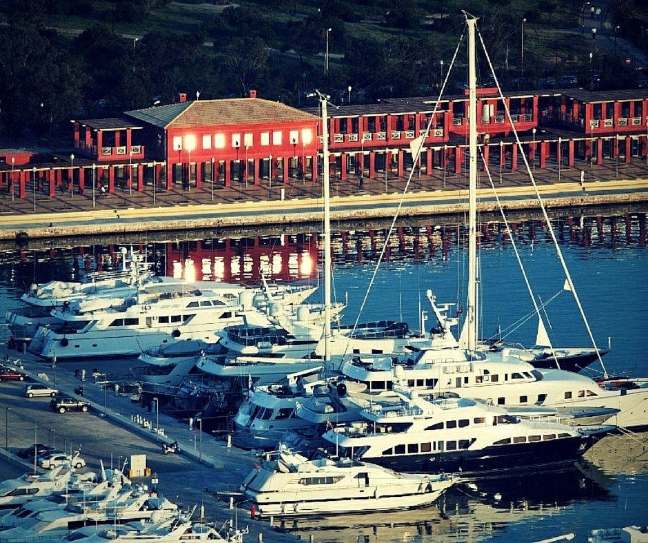 Gaze yachts and grab a romantic coffee at Flisvos Marina (Picture by  Elpidoforos Papanikolopoulo /Flickr)