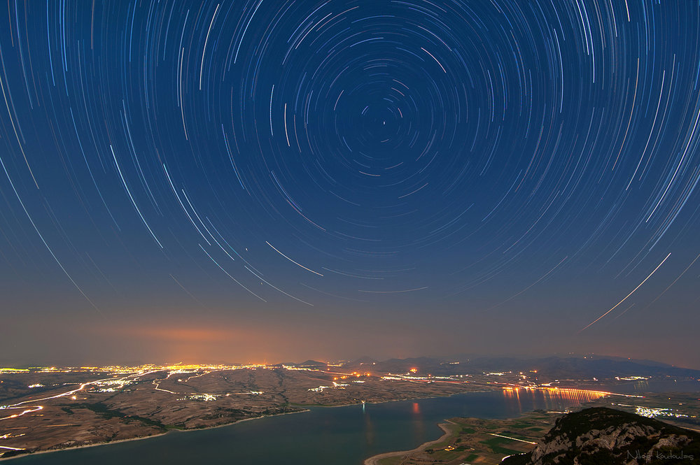 Incredible startrails captured over Kozani in Northern Greece (Photo by Nikos Koutoulas / Flickr)