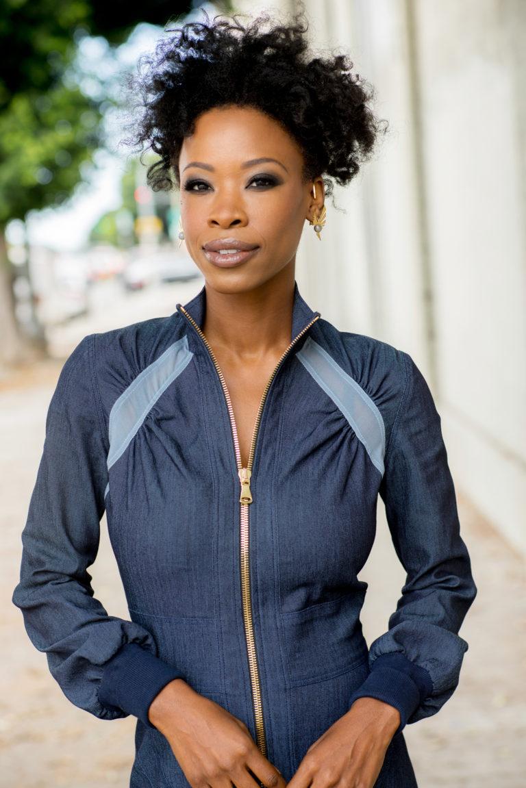 Karimah Westbrook , actrice (Master of sex, shameless, suburbicon) porte le collier 'Naâtchaya' et les boucles d'oreilles 'Aâktha' (2017).