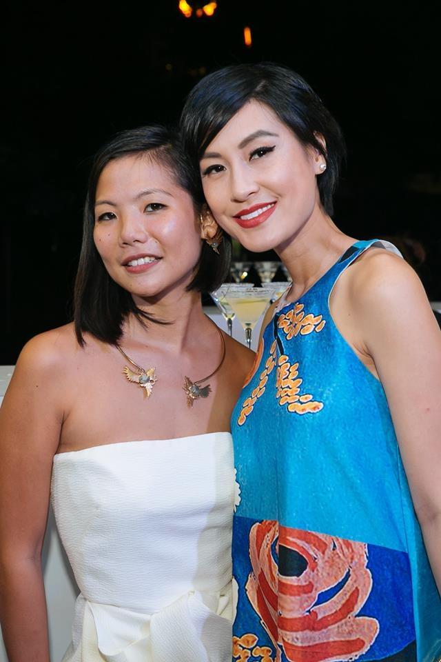 Lisa le Long , journaliste mode et blogueuse, Accompagnée de  Kathy Uyen actrice, productrice et réalisatrice. Lisa porte les colliers 'Hyrioös' et 'Island of Lost Men' et le bracelet 'Nanjiyraâ''. (2015)