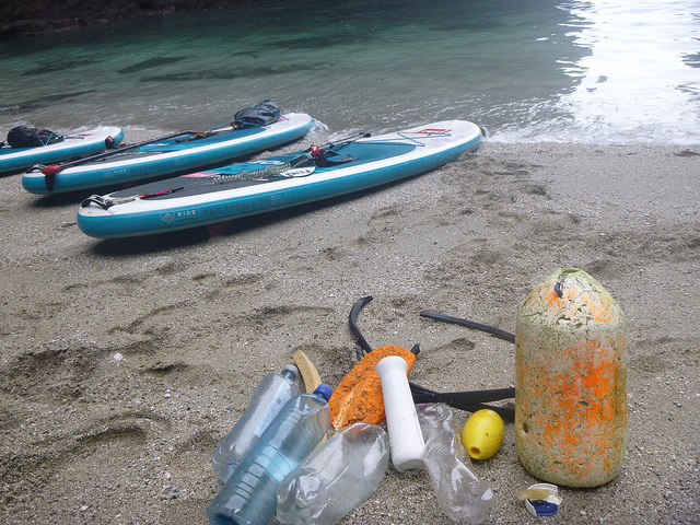 eco-paddleboarding-beach-clean
