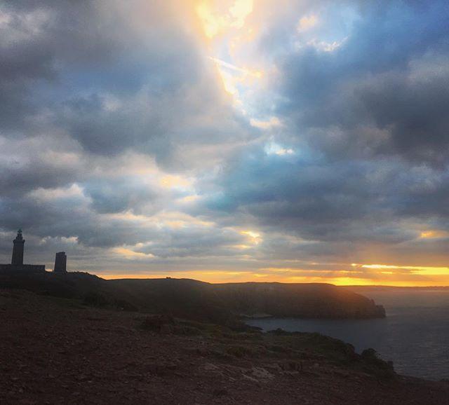 Couché de soleil au Cap Fréhel . . . #bretagne #cotedarmor #phare #brittany #seaside #lighthouse #hicking #randonnée #rando #capfrehel