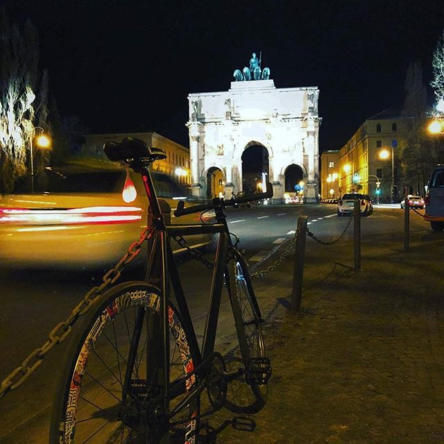 🚴🍒🇫🇷 Great shot by @scheuschrecke  #bikeballs #fromwhereiride # bikeswag #instabike #bikeporn #fixie