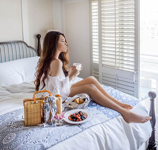 Never miss an opportunity to brunch in bed! ☕️🍽 @shuttersca #shuttersonthebeach