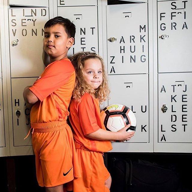 VoetbalGym! Elke zaterdag van 11:00 tot 12:00 in het Huygens College. Voor iedereen! 🦁 Leden kunnen zich inschrijven via de Virtuagym app (West). Geen lid, maar wel graag mee willen doen? Koop dan een strippenkaart voor 5 of 10 lessen. Eigenaars van een Amsterdam Stadspas kunnen vrijblijvend meedoen aan de les. Op onze site vind je daar meer informatie over. Elke training delen wij twee Oranje tenue's uit. We zien je zaterdag! ⚽️🦁 - 📸: @alfie.photos