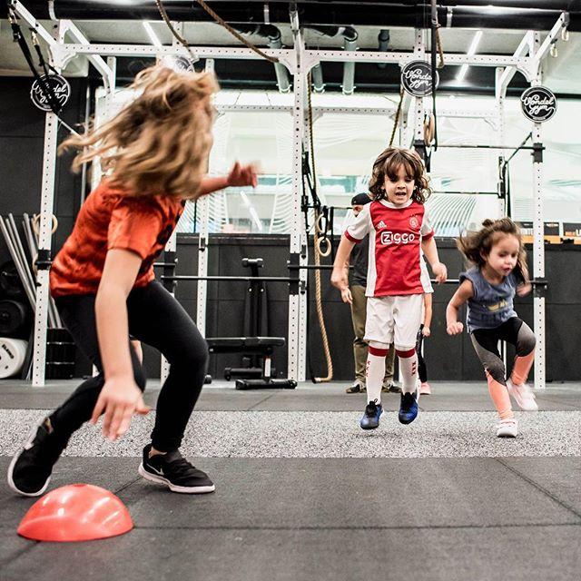 Lid in Oost, of beschik je over een Amsterdam Stadspas? Schrijf je dan eens in voor de kids crossfit-lessen! 😃 Elke woensdag van 15:00 - 15:45 (van 4-7 jaar) en 15:45 - 16:30 (8-12 jaar). Inschrijven kan via de Virtuagym app. 🤗💪 - 📸: @alfie.photos