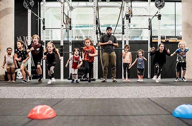 Nieuw bij @speelkwartier: kids combat (t/m 11 jaar). Tijdens deze lessen ga je samen met coach Thomas lekker sporten. Een mix tussen bootcamp en de basis van een aantal vechtsporten. Natuurlijk helemaal veilig. 😉 Elke woensdag om 16u in Vondelpark / vondelgym west. Inschrijven kan via de virtuagym app. 💪 - 📸: @alfie.photos