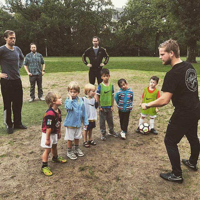 Vandaag bij VoetbalGym speelden de kids een potje tegen de vaders. Trainer @justin_oosterveer_  geeft hier nog de nodige instructies. Uiteraard maakten de vaders geen kans #vondelgym #vondelgymsspeelkwartier #voetbal #knvb #sportensamenmetjekind