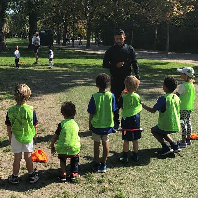 Vandaag bij VoetbalGym speelden we 6 tegen 6. Trainer @mouradsaalioua geeft voor de aftrap nog even de nodige instructies #voetbal #kids #vondelgymspeelkwartier #vondelgym