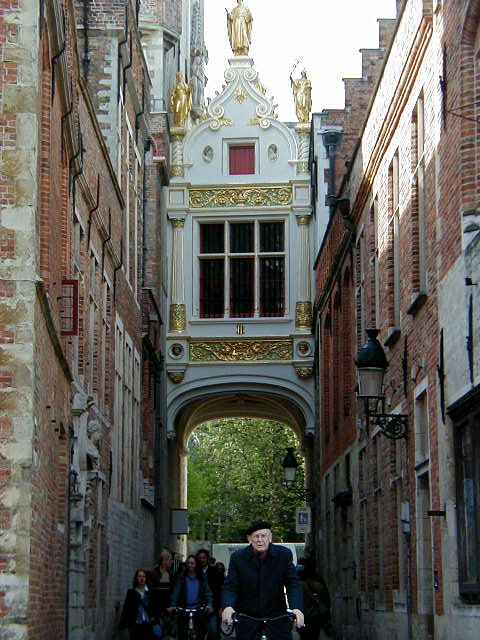 Bruges covered street arch.jpg