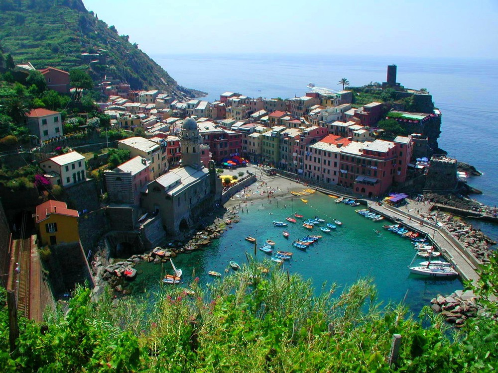 Cinque Terre C&J on the trail to Vernazza 3.jpg