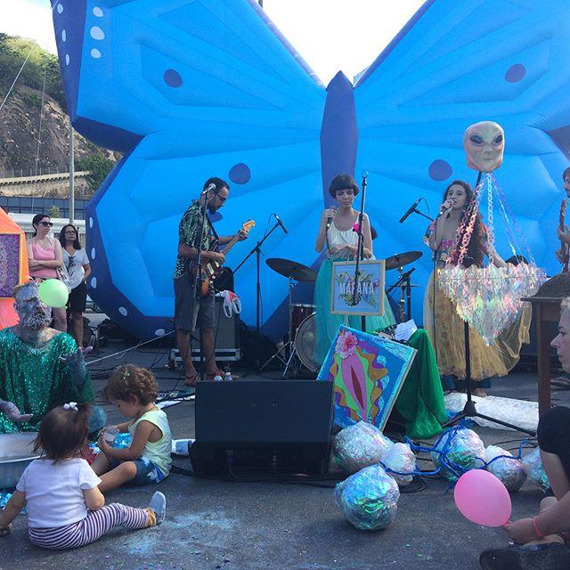 O altar de purpurina de @maeana_ encantando os pequenos aqui no Leblon! 🔮✨🦋 #palcoborboleta #diadarua #20anosdesol