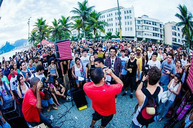 """Uma das apresentações mais marcantes da história do festival, @mcmarechal na rua quebrando tudo. Rola um vídeo de """"Griot"""" no YT com mais de 2mi de views desse show. É o rap! #umsócaminho . . . foto @ihateflash"""