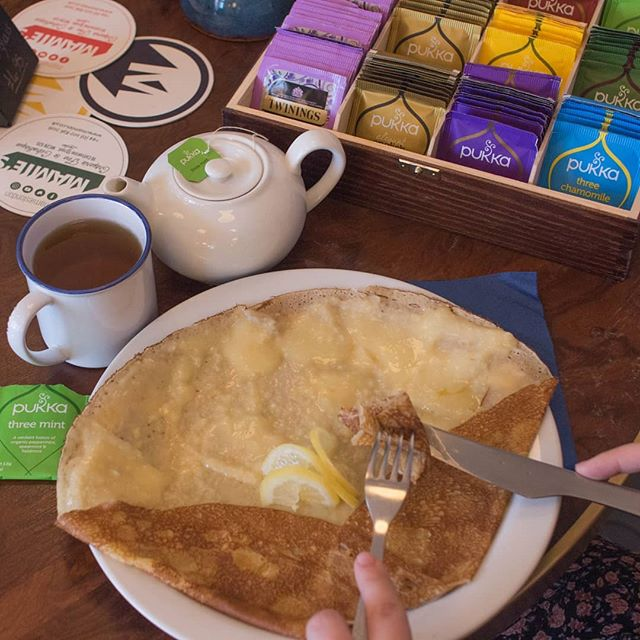 🇬🇧 A lemon curd crêpe with a delicious tea, what an ideal combo 🙌  what's your favorite flavor for a  tea? . . 🇫🇷 Une crêpe à la crème de citron avec un bon thé, quel combo parfait 🙌 Et vous, quel est votre saveur de thé préférée ? . . #MAMIESLondon #Bretagne #Britanny #Crepe #Tea #LondonRestaurant #LemonCurd #PukkaTea #TwinningsTea #Dessert #ChefConnected #LdnCheapEats