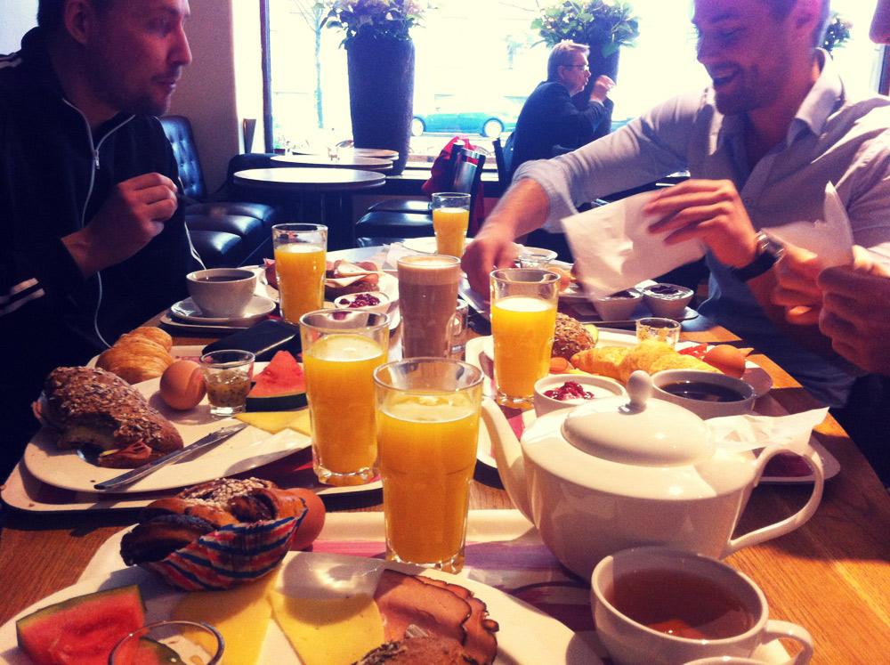 Varje fredag äter vi frukost tillsammans på Brogyllen