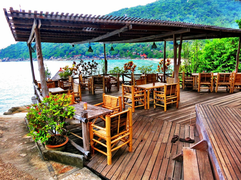 Bamboo Huts on the Rocks ocean-side restaurant in Haad Yaun.