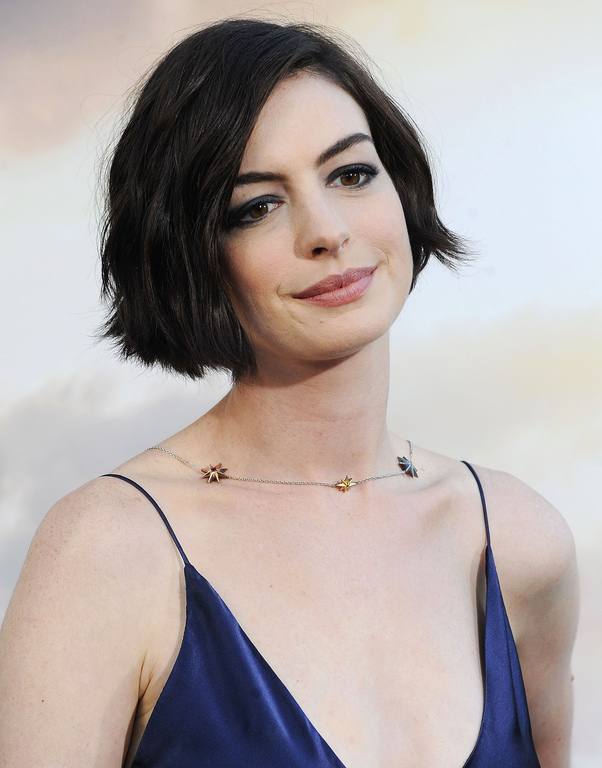 Anne-Hathaway-sa-coupe-au-carre-courte-a-la-premiere-du-film-Interstellar-le-26-octobre-2014-a-Hollywood_exact1024x768_p.jpg