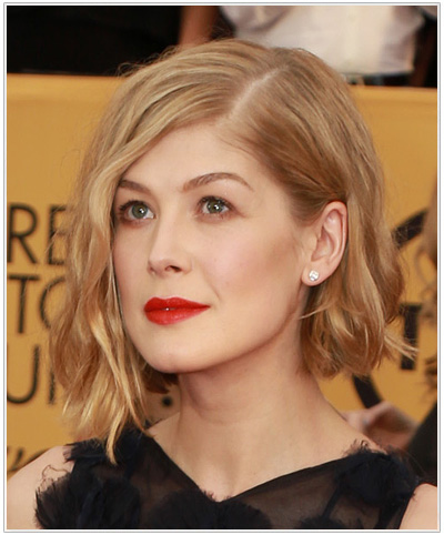 rosamund-pike-medium-wavy-hairstyle.jpg