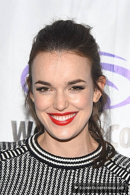 WonderCon-Day-2-elizabeth-henstridge-40407721-267-400.jpg