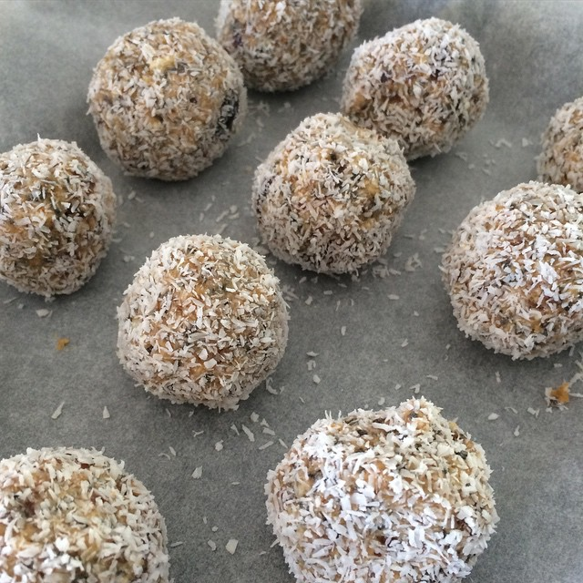 Just whipped up a fresh batch of 'Power Balls' - the perfect (healthy) snack to fill you up & beat any sweet cravings. These are super quick to make and easy! Packed full of protein and goodness. Recipe will be in our upcoming @twomumstalking eBook 👌 stay tuned.... ✌️ #twomumstalking #healthy #ebook #recipe #guide #helpingmumsthrive #enjoyingmotherhood #fuelyourbody #tmtmummyfuel #eat #nobake #yum #cleaneating