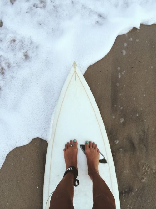 Feet on the surfboard