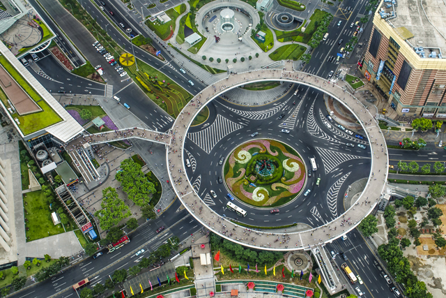 cincopation: The new Lujiazui circular pedestrian bridge in Shanghai is a 5.5-meter-high walkway and can fit 15 people walking side by side