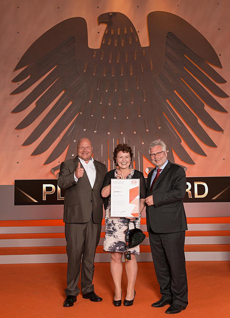 Olaf Sturm, juror Plus X Award, handing over the award to Ulrike Lehmann und Norbert Lehmann