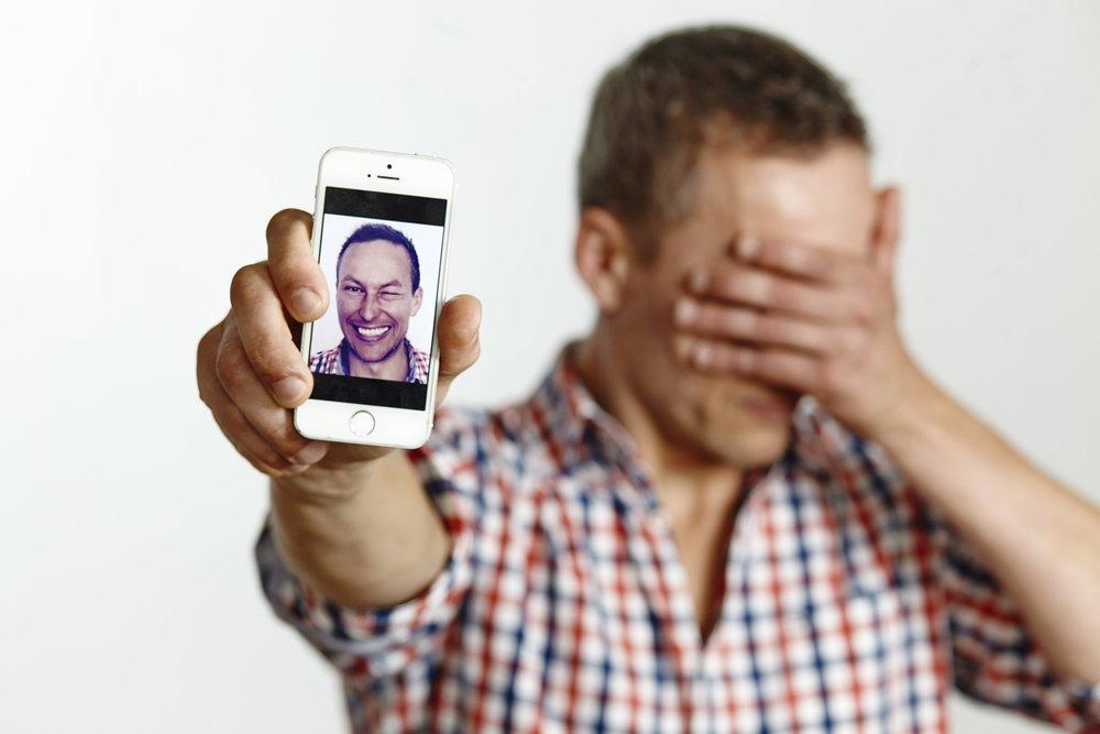 Søren Hebsgaard viser mobil med ansigt.jpg