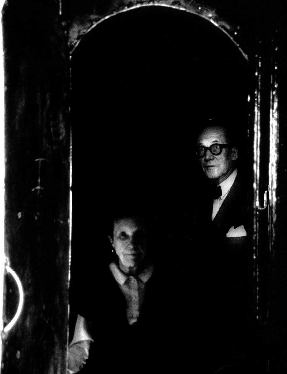 Photo-collage: Original image of Louise Bourgeois and Jerry Gorovoy at the entrance of  Articulated Lair  [Source: Crone, Rainer; Schaesberg, Petrus Graf;  Louise Bourgeois: The Secret of the Cells . Munich, London New York: Prestel, 1998.] + Le Corbusier's photograph at his office [Source: Zaknic, Ivan;  The Final Testament of Père Corbu . New Haven, London: Yale University Press, 1997.]