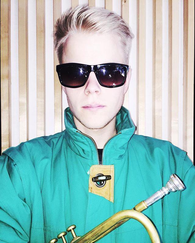 Erik Kimestad from Love revolution plays the music of the plants @per_o_dactyl #plant #diy #livingthedream #playingtheplant#music #cover#mittmandal #ingenoveringenvedsiden #design#fashion#chicago #jazz#pop#art#sonoflone #hatogbriller