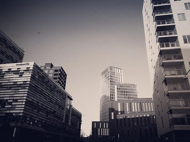 Kan man bliver lykkelig af at se på huse? #blackandwhite #architecture #malmø #malmolive #hatogbriller #space #skåne #sweden #photo #art #iphonesia #sonoflone #shl#dortemandrup