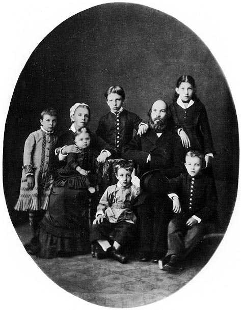 Lenin (abajo sentado a la derecha)