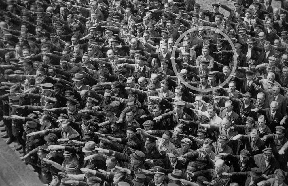 August Landmesse (1910-1944) alemán casado con una judía quien se negó a realizar el saludo nazi