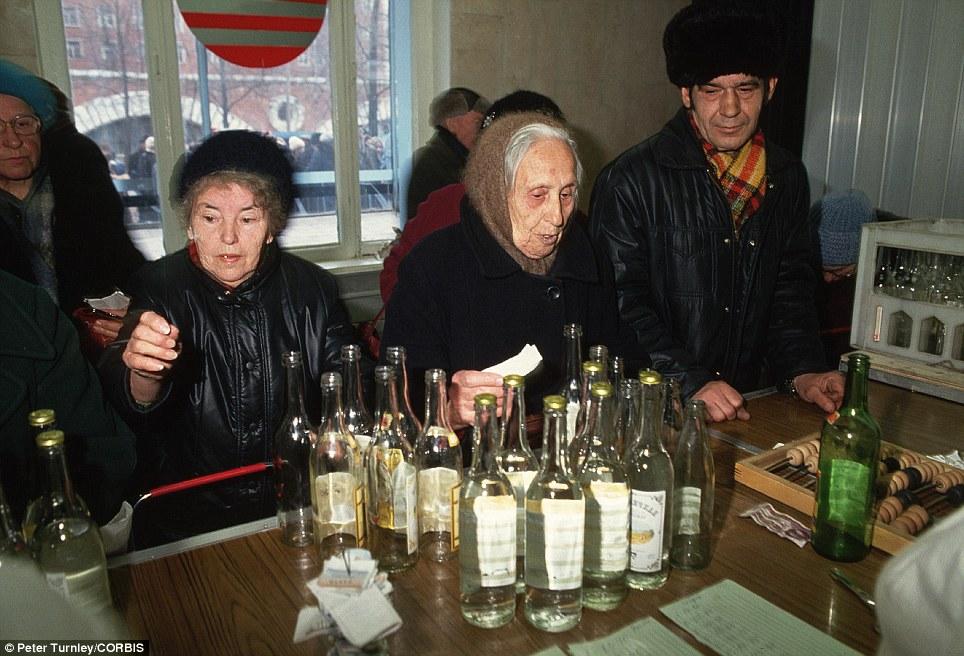 Rusia comunista: cambio de botellas de vodka por monedas.