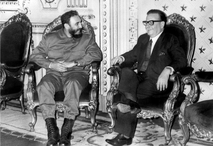 Fidel Castro llegó a Chile el 10 de noviembre de 1971. Su visita se prolongó durante 3 semanas, lo que terminó por generar incomodidad en algunos sectores de la UP, incluyendo al Presidente.