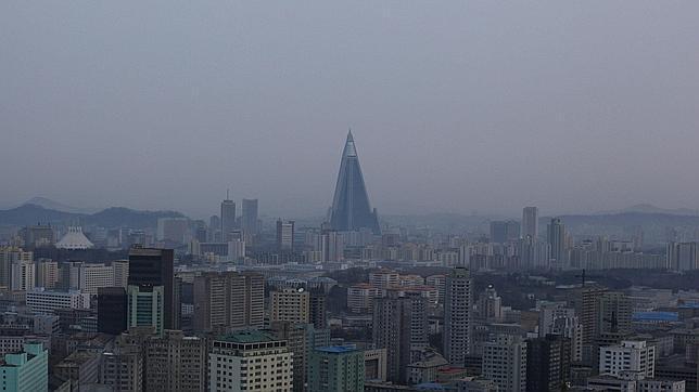 El elefante Blanco por excelencia: Hotel Ryugyong en Corea del Norte. Construcción iniciada en 1987 pero que se detuvo en a principios de la década de 1990 tras una crisis económica y como resultado del colapso del comunismo soviético. Después de 17 años de abandono se retomaron los trabajos, pero aún sigue siendo un triste adorno.