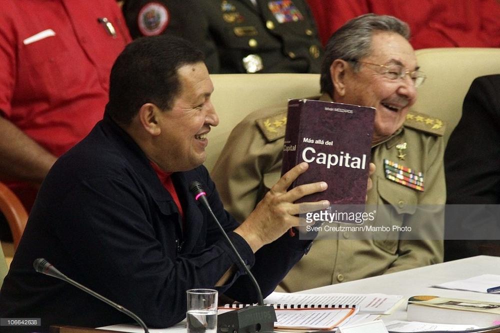 Chávez (en su mano con el libro de Mészáros) junto a Raúl Castro