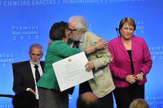 Tomás Moulian recibiendo el Premio Nacional de Humanidades y Ciencias Sociales (2015)