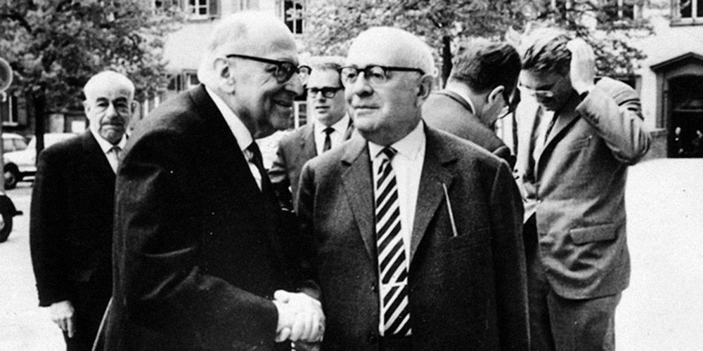 """Max Horkheimer y Theodore W. Adorno, dos principales representantes de la Escuela de Frankfurt. Desarrollaron el concepto de una razón instrumental y dominadora que no se contentaba con someter a la naturaleza, sino que también al ser humano mismo. En su Excursus I de la """"Dialéctica de la Ilustración"""" abordan el episodio en que Odiseo, ante el peligro de sucumbir al canto de las sirenas decide, no cubrirse sus oídos (como lo hicieron los demás), sino que ordenó que lo amarraran al mástil para poder así escuchar a las mortíferas pero dulce canto de las sirenas. ¿Por qué actuó asíOdisea?"""