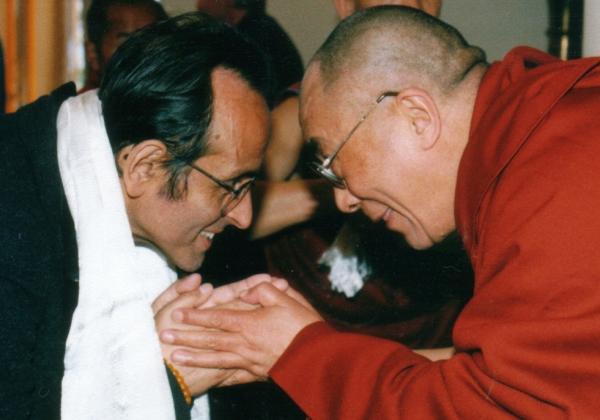 Francisco Varela fue un biólogo y neurocientífico que estudió en la Universidad de Chile, desarrollando trabajos junto a Humberto Maturana. Posteriormente Varela continuó sus estudios en la Universidad de Harvard donde obtuvo su doctorado. En la década de 1980 se radicó en Francia donde enseñó en la École Polytechinque y en la Universidad de Paris. También fue uno de los miembros fundadores del Mind and Life Institute que hasta hoy promueve el diálogo entre las ciencias y la religión. Fue un científico atípico, muy cercano al buddhismo tibetano (era practicante) y con intereses que trascendían el ámbito de la ciencia. Varela murió de cáncer el 2001.